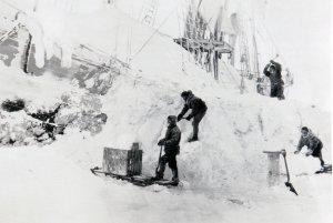 L'équipage du Fram déblaie le navire à la pioche après les pressions de janvier 1895