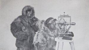 Johansen (G) et Scott-Hansen (D) font des observations avec le théodolite