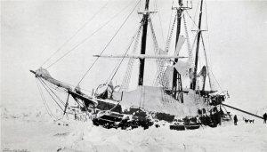 Le Fram après les pressions des glaces de janvier 1895. Remarquer l'éolienne sur le pont pour la production d'électricité.