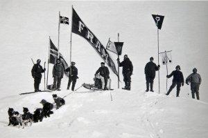17 mai 1894, jour de la fête nationale norvégienne. L'équipage défile sur la banquise avec drapeau et musique.