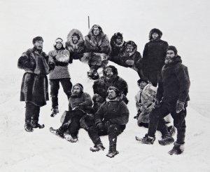 Photo de l'équipage prise par Nansen le 24 février 1895, peu avant son départ vers le Pôle avec Johansen.