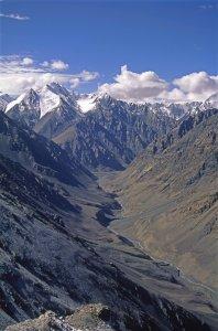 Vue depuis le Chapchingal Pass (5150m) sur la vallée de la Chapchingal River. Au fond, le camp de Warbin. 30 Juillet 1995.