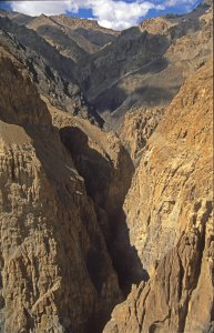 Des sentiers vertigineux dans des gorges grandioses. Vallée de Shimshal, 27 Juillet 1995.