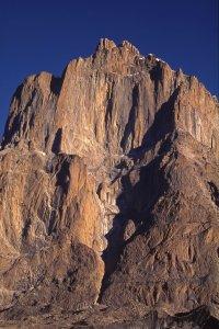 La grande muraille de Thumno vue du Baltoro vers Urdukas. 9 août 1995.