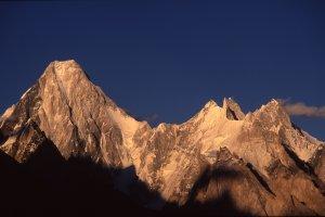 Coucher de soleil sur le Gasherbrum 4 (7980m) vu de Goré sur le Baltoro. 10 août 1995.