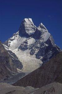 La Tour de Mustagh (7274m) vue du glacier de Baltoro vers Urdukas. 9 août 1995.