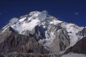 Le Broad Peak (K3, 8047m) vu du glacier de Baltoro vers Concordia. 12 août 1995.