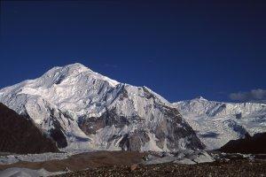 Le Golden Throne (Baltoro Kangri, 7312m) vu de Concordia. Au fond, à droite, le Chogolisa (7628m).12 août 1995