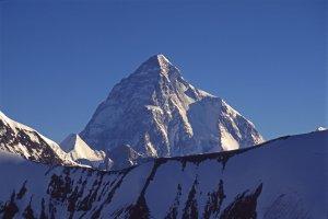 Le K2 (8610) vu de la montée au col de Gondokhoro (5650m). 14 août 1995.