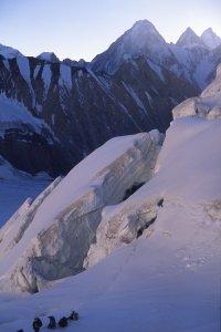 Dans la montée au col de Gondokhoro (5650m). Au fond, de G à D, les Gasherbrum 4, 2 et 1. 14 août 1995.