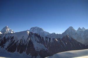 Tous les 8000 du Baltoro vus de la montée au col de Gondokhoro. De G à D: K2 (8610m), Broad Peak (8047m), Gasherbrum 4 (7980m) puis Gasherbrum 2 (8035m) et 1 (Hidden Peak, 8068m). 14 août 1995.