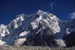 Le K6 (7282m) vu du glacier de Charakusa. 20 août 1995.