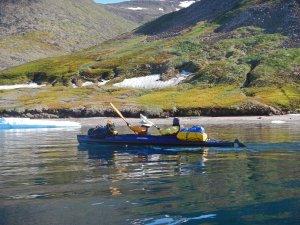 Béatrice et Marc pagayent dans le fjord Robertson entre les camps C4 et C5 - 25 juillet 2017 - Photo JM Daveau