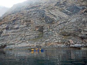 Béatrice et Marc sous les falaises du Hvalsund entre les camps C12 et C13 - 8 août 2017 - Photo JM Daveau