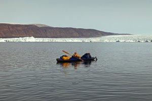 Béatrice navigue dans le fjord d'Inglefield - Au fond, le glacier Heilprin - 18 août 2017