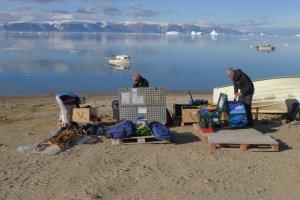 Déballage des caisses et montage des kayaks sur la plage de Qaanaaq - 20 juillet 2017