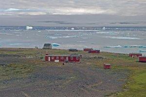 Détroit de Murchison et village abandonné de Qeqertarssuaq dont on voit le cimetière, l'église et l'école - 5 août 2017