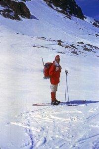 Equipement des années 70 - Remarquer les chaussures Galibier Randonnée qui ont équipé tous les skieurs de rando pendant 15 ans et le piolet - Au col de Mirabail - 30 mars 1970.