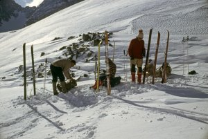 Le matériel des années 60. Skis Rossignol 41 de 2,05 à 2,10m, voire 2,15m pour les grands avec carres vissées. Peaux de phoque avec système Trima. Chaussures en cuir, sans chausson intérieur. Sac à dos en toile. Coté vêtements, pull-over en laine, pantalon en velours ou en drap de Bonneval, guêtres et anorack en toile - Col de la Fache, avril 1967.
