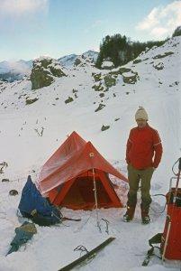 Equipement de camping sur neige des années 70. Tente canadienne à mâts en V inversés, matelas en laine non desuintée. Les matelas en mousse type Karrimat et les tentes à arceaux courbes n'apparaîtront que 2 ou 3 ans plus tard. Fixations de ski à câbles.Camp en vallée d'Aspe - Janvier 1977.