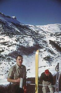 On voit ici l'insert Trima dans la semelle du ski permettant de fixer la peau de phoque - Vercors, vallée de Combau - 31 Janvier 1969