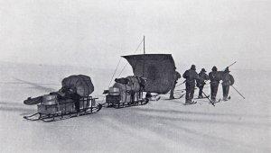 6 hommes tirent 2 traîneaux chargés.