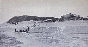 Débarquement du matériel devant la hutte de l'expédition en baie de McMurdo.