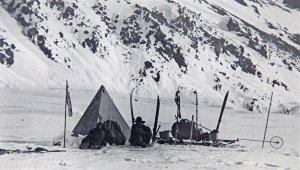 Equipe de 3 hommes au campement avec son matériel. Cet équipement est identique à celui de Shackleton, Scott et Wilson lors du voyage vers le sud de 1902/1903.