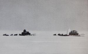 Un cairn fait de blocs de neige dressé sur la Barrière de Ross pour servir de repère au retour du Pôle.