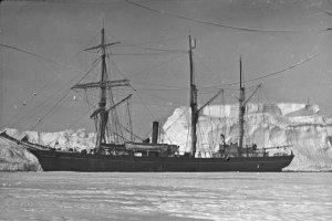 Le Nimrod amarré à un iceberg échoué en baie de McMurdo_ Février 1908.