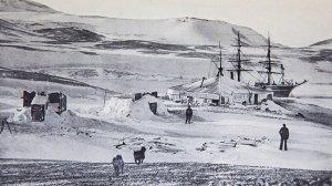 Vue générale de la station d'hivernage de l'expédition de La Discovery dans la baie de McMurdo.