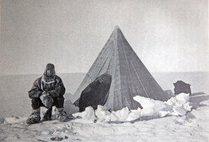 Le camp d'où Wild et Shackleton sont partis chercher du secours pour ramener Marshall très malade assis devant la tente.