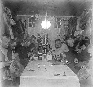 Soirée à Framheim durant l'hivernage. On reconnait Amundsen au fond à D.