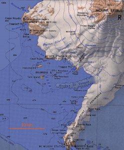 Le sud-ouest de l'île Ross, la baie de McMurdo et les camps du cap Royds (Shackleton 1908/1909), du cap Evans (Scott 1911/1913) et de Hut Point (Scott 1902/1903).