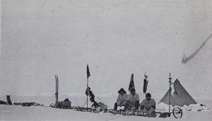 Le camp du jour de Noël 1902. La corde sert à déclancher l'appareil photo. On reconnait Shackleton à G avec son chapeau à larges bords.