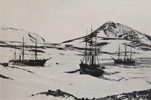 Les 3 navires sont rassemblés à McMurdo. De G à D, La Discovery, La Terra Nova et Le Morning - 14 Février 1904.