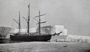 Le Fram amarré à la l'entrée de la baie des Baleines. Au fond, la Grande Barrière de Ross - Février 1911.