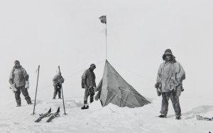 Les Anglais au Pôle Sud devant la tente d'Amundsen surmontée du drapeau norvégien. De G à D: Scott, Oates, Wilson et Edgar Evans. Photo prise par Henry Bowers le 18 janvier 1912