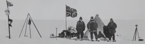 Le camp de Noël 1908 sur le plateau polaire. DE G à D: Adams, Wild, Shackleton.