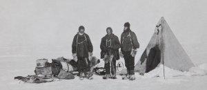 Camp sur le plateau conduisant au PSM. De G à D: Alistair McKay, Edgeworth David, Douglas Mawson - Janvier 1909.