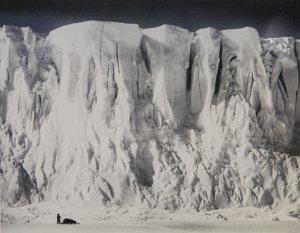 Un homme et son traîneau à la base de la Barrière de Ross.
